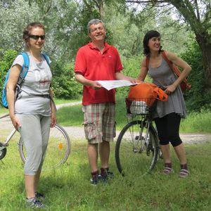 I simpatici organizzatori della biciclettata, mappa alla mano!
