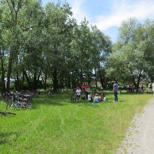 Picnic sul prato nell'area sosta vicino al Lago Mulino di Cusico